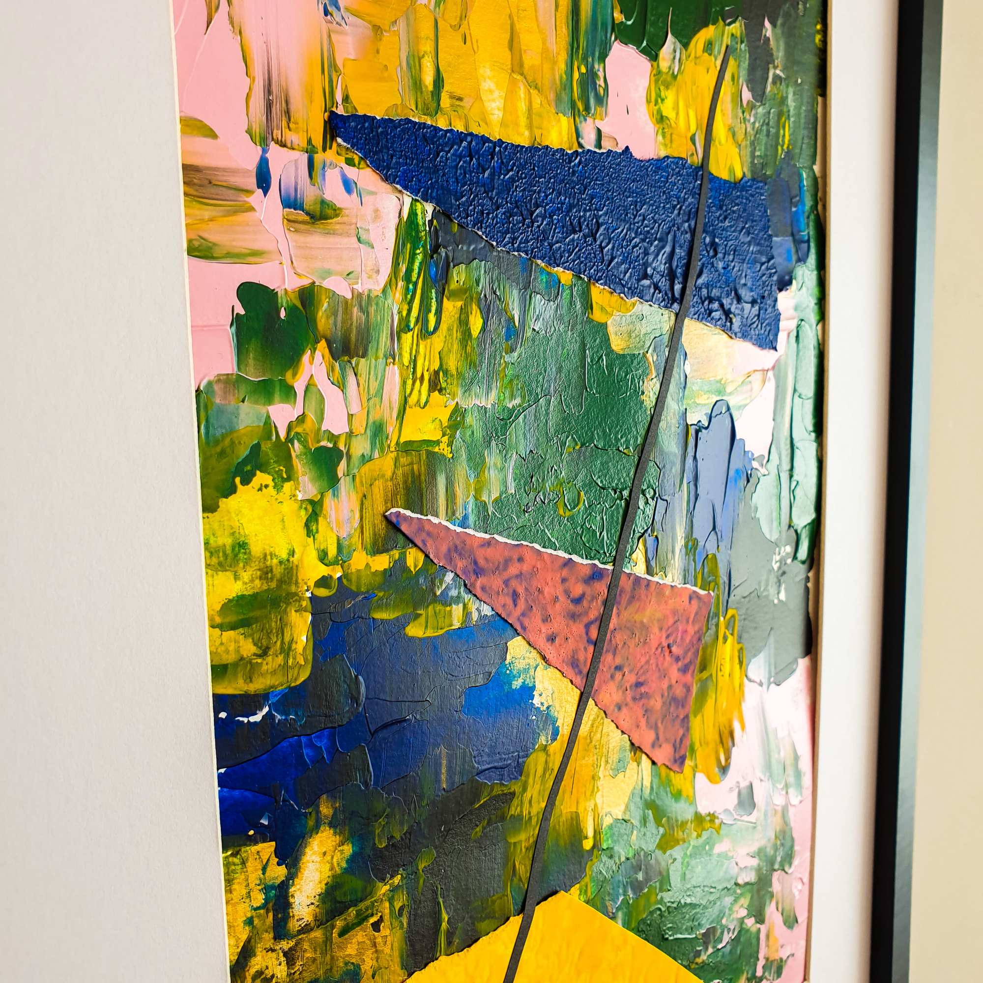"Vista lateral del cuadro ""Kites flying: view from the sky over the forest"", obra abstracta moderna de la artista Tatuska"