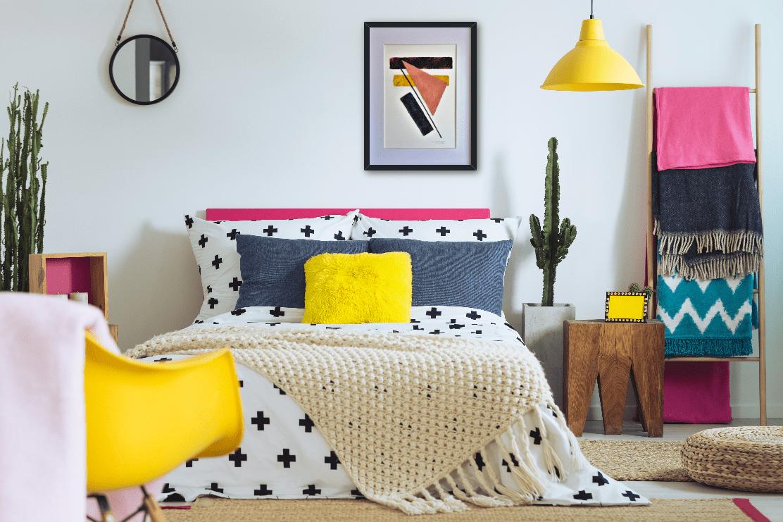 """Decoración ecléctica en un dormitorio con el cuadro abstracto moderno titulado """"Pieces"""", obra de Tatuska."""