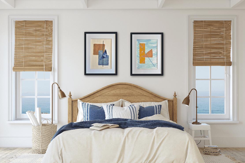 """Decoración estilo costero playa de un dormitorio con cuadros abstractos titulados """"Beach"""" y """"Sweet"""", obras de Tatuska"""
