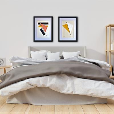 Dormitorio nórdico con cuadros modernos